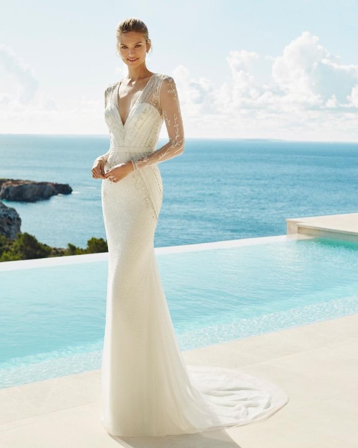 quelle robe pour un mariage au bord de la mer, modèle de robe de mariée originale à décolleté plongeant avec applications en dentelle perlée