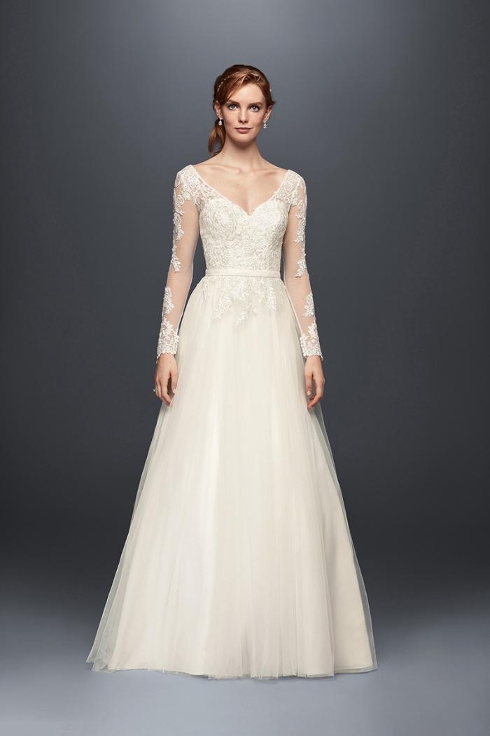 idée pour une robe de mariée simple et classique à design jupe de bal avec ceinture fine et broderie florale sur les manches