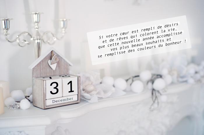 idée carte de voeux pour nouvel an 2019, photo décoration de noel dans un salon avec cheminée blanche, idée message nouvel an