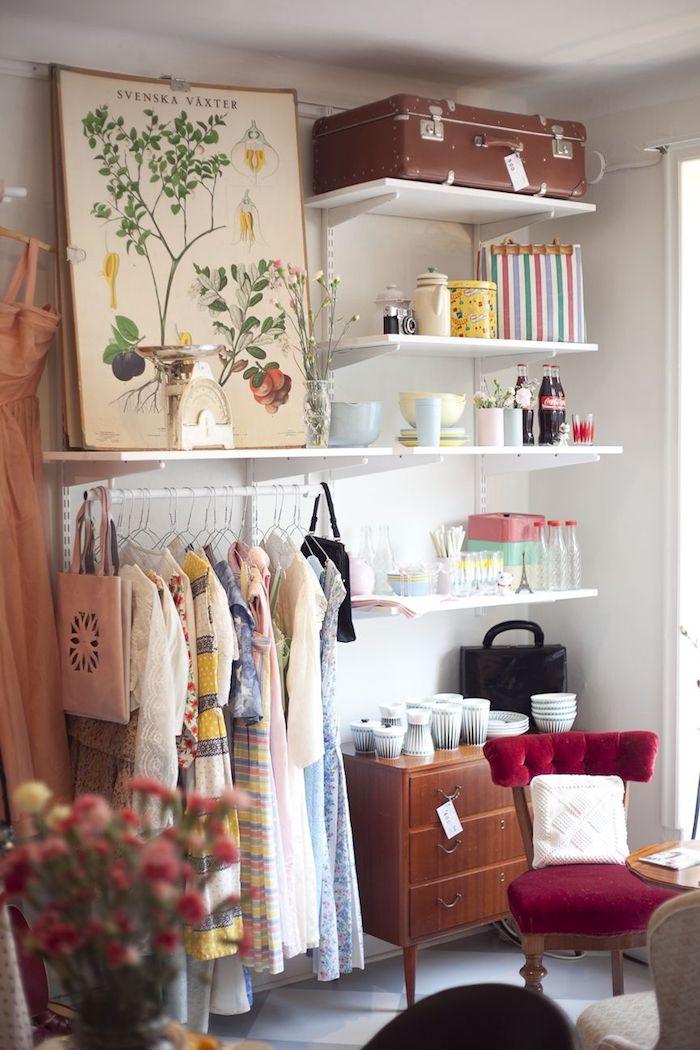 Dressing tout en un, vintage décoration chambre et valise vintage, penderie basse, étagère blanche, déco de chambre tout est visible, peinture avec plantes