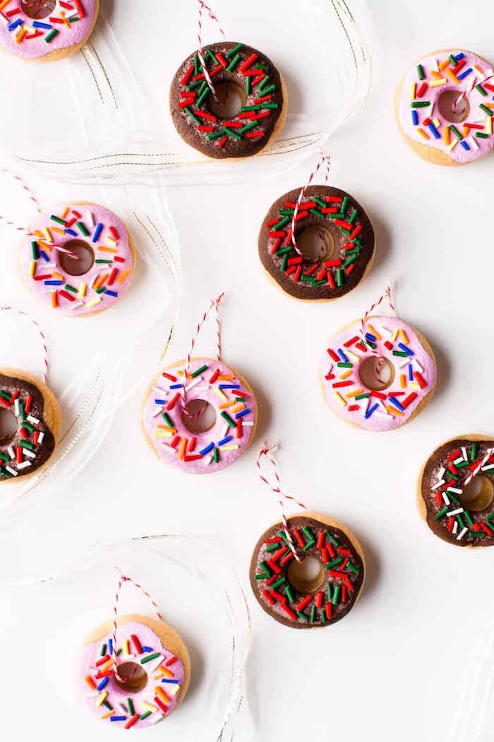 exemple objets pate à sel originaux avec faux donuts décoratifs pour déco de noel avec ruban à suspendre