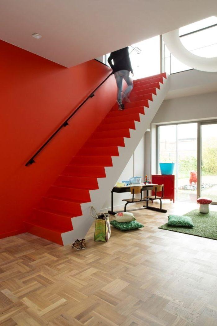 deco cage d'escalier peint intégralement en jaune avec une seule touche noire sur la rampe, escalier rouge au design moderne sans garde-corps