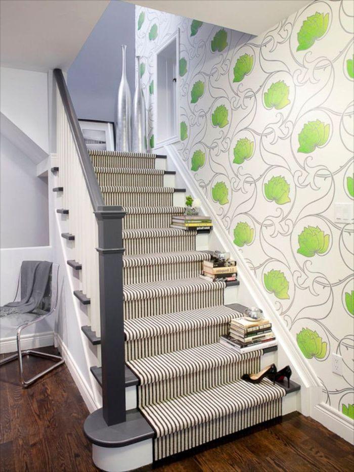 deco cage d'escalier habillée de papier peint à motifs végétaux stylisés verts, escalier de style traditionnel peint en noir et blanc