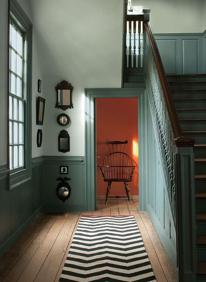 escalier repeint en vert qui reprend la couleur du soubassement et de la boiserie,peindre une cage d'escalier en 2 couleurs de la même tonalité