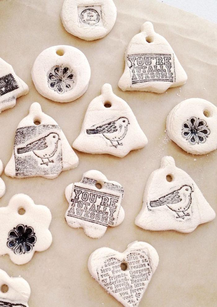 objet déco en pate sel avec tampons messages oiseaux à suspendre pour déco diy