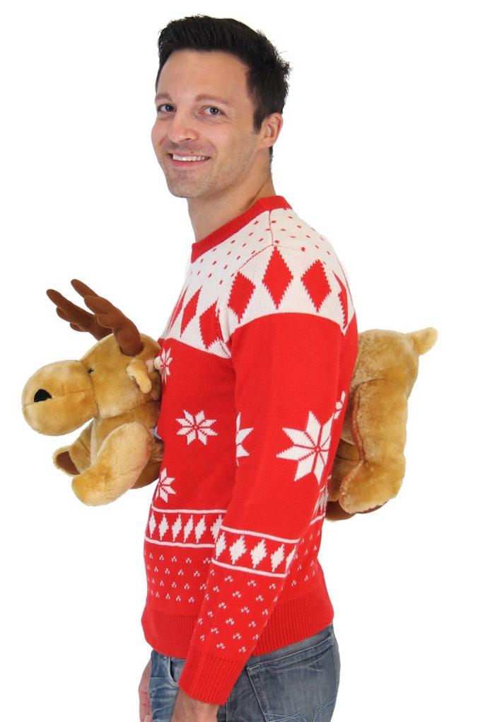 pull moche de noel avec peluche de renne sur devant et derrière comme déguisement de fête kitsch