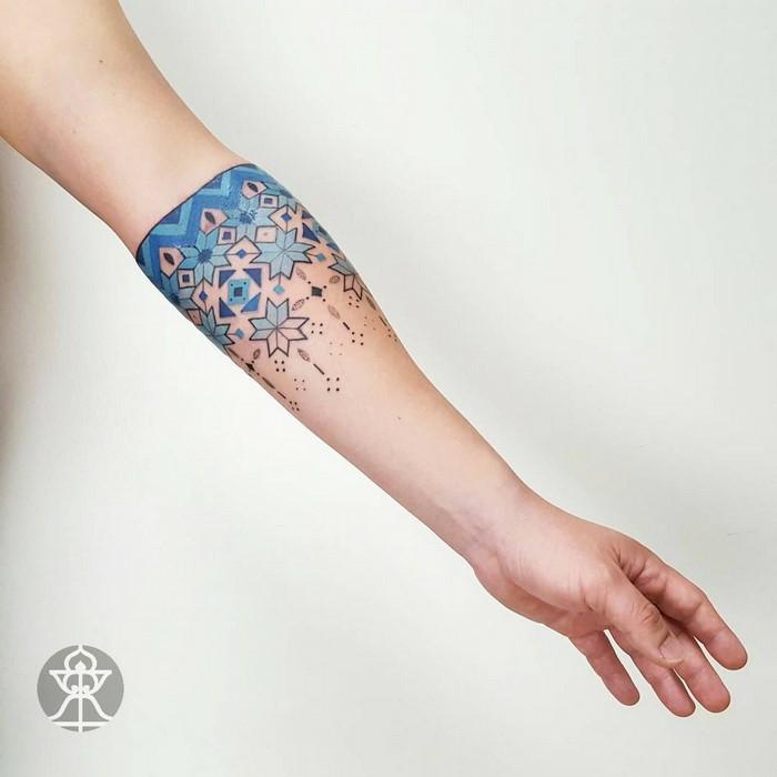 Chic tatouage bras modele de tatouage minimaliste, dessin tatouage femme design broderie de bulgarie ou de brezil artist