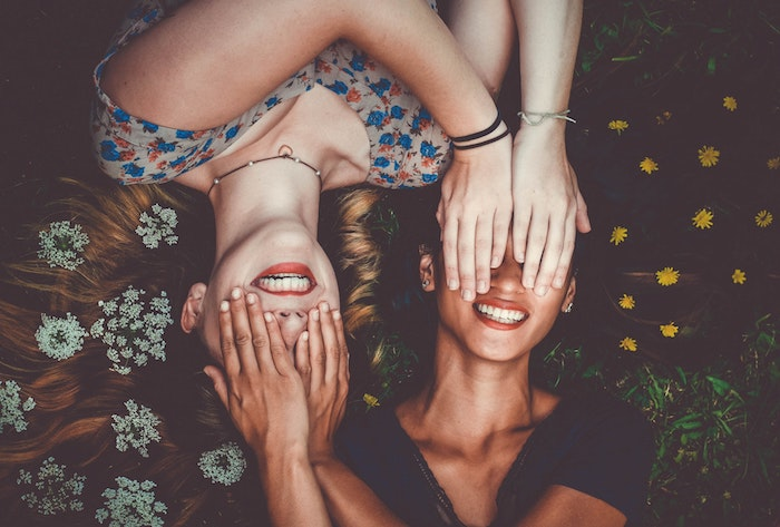Amies souriantes avec beaux cheveux, prendre de bon soin de ses cheveux