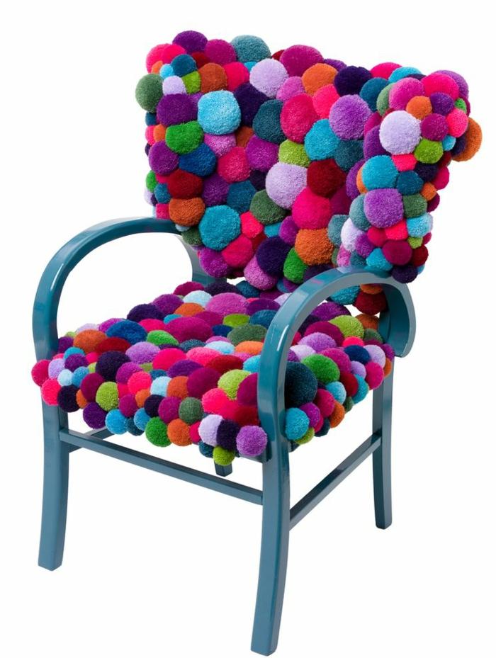 chaise bleue avec jetés tapis de pompons multicolores, dossier et assise couverts de diy déco splendide
