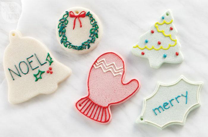 symboles pate a sel noel avec emporte pièces et peinture de couleurs pour activités enfants