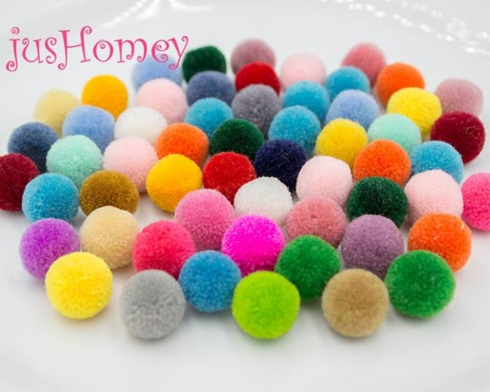 fabriquer une déco cosy pour l'intérieur, pompons en couleurs radieuses, modele de pompon en laine