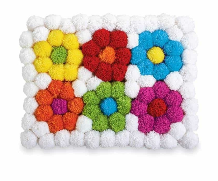 joli petit tapis de salle de bain, faire un pompon en laine pour tapis de pompons, tapis à fleurs