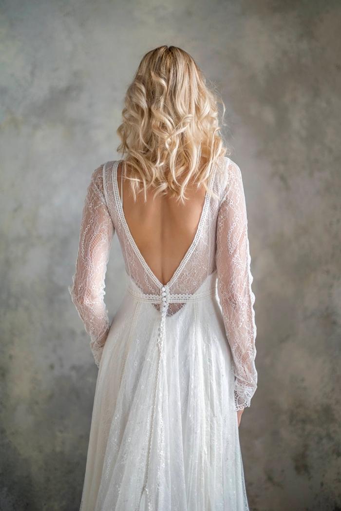 modèle de robe blanche à dos ouvert et manches transparentes, idée robe de mariée romantique à jupe fluide