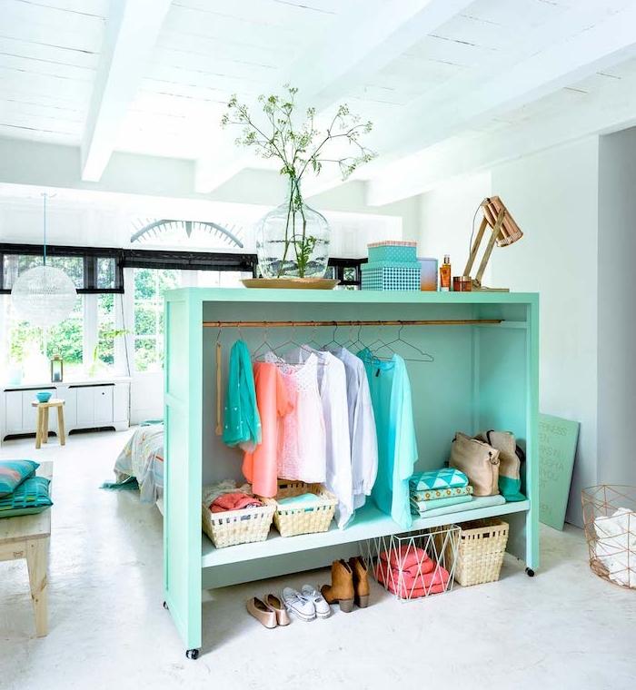 étagère de séparation, dressing ouvert couleur verte pour cloisonner un coin couchage chambre à coucher en blanc, poutres apparentes