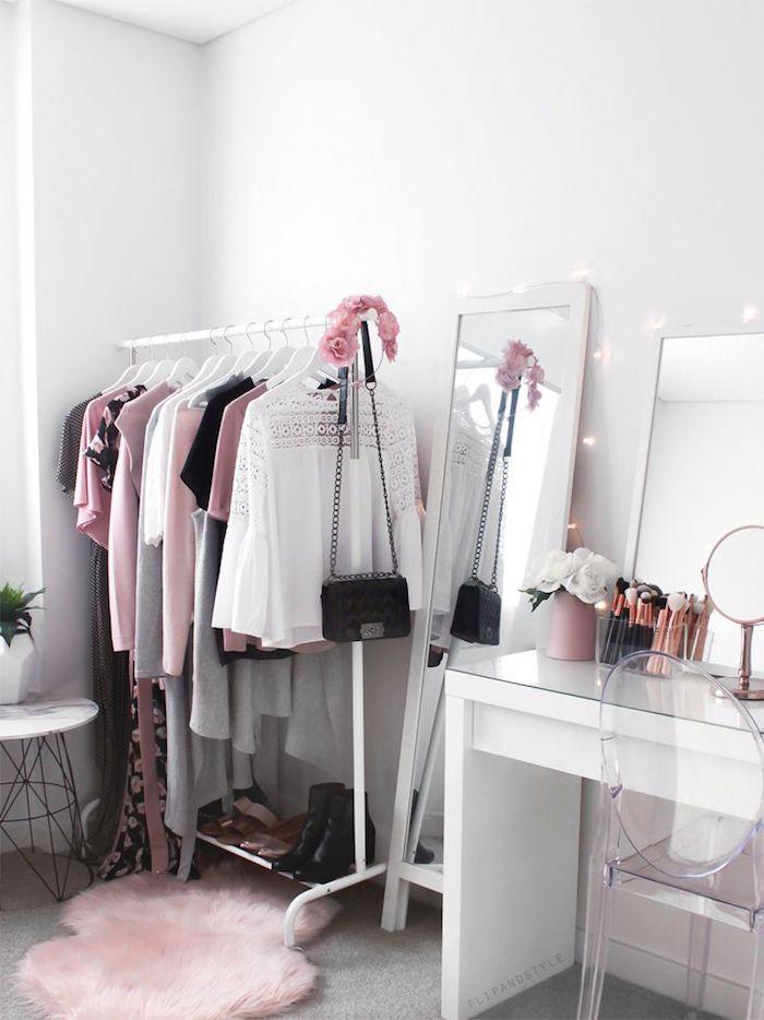 Penderie haute blanche en métal, idée déco chambre adulte femme, rose et blanche décoration dressing ouvert