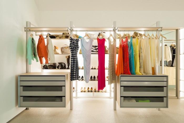 Penderie Dressing Et Deux Meubles De Rangement Couvertes Et Penderies  Ouvertes Pour Les Vetements, Robes