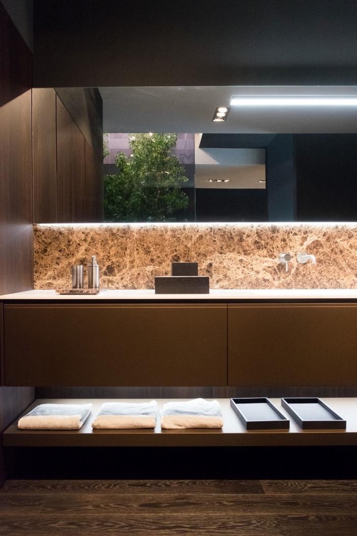 crédence en marbre lumineuse qui illumine la selle de bains marron et ajoute une touche d'élégance