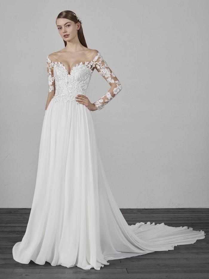 exemple de robe de mariée bohème chic à longue traîne, tendance couture nuptiale 2019, modèle de robe blanche à épaules dénudées