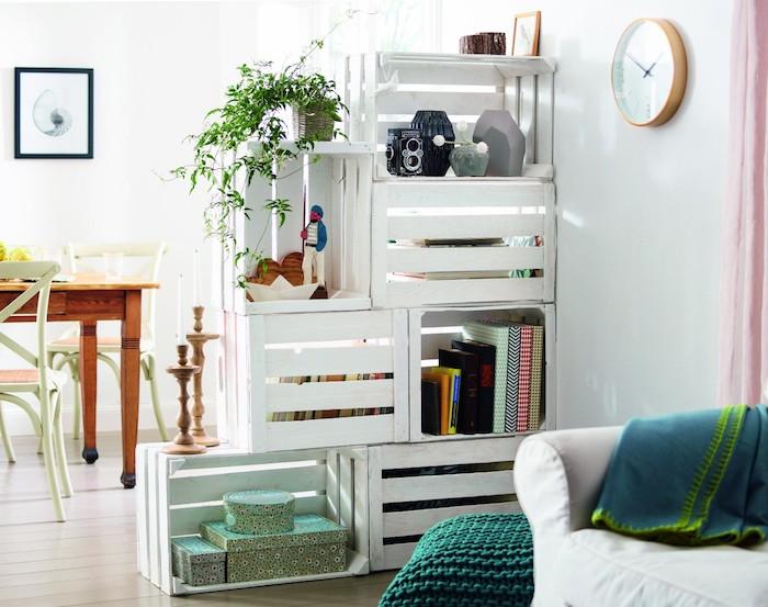 cloison diy, éetagere de separation en cagettes blanches superposées pour séparer un salon de la salle à manger