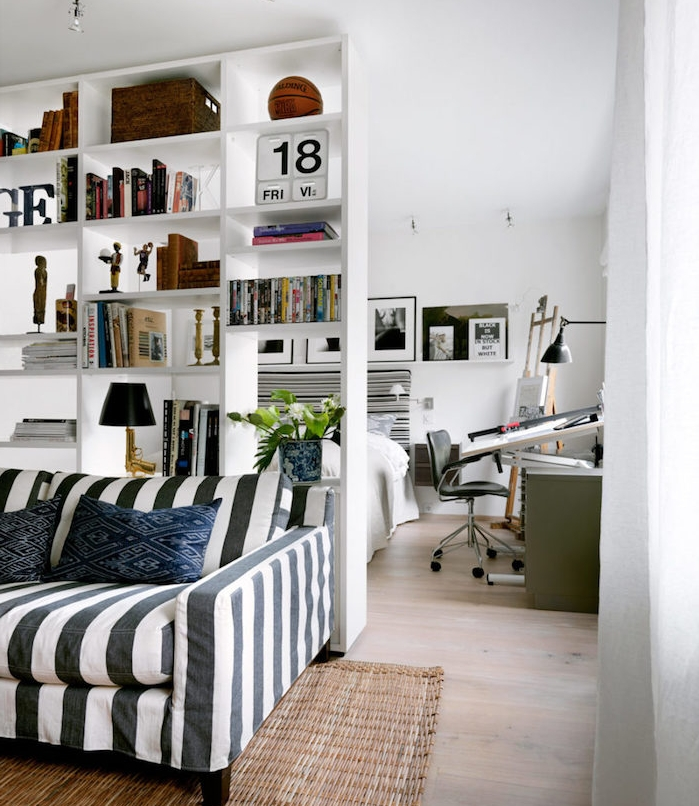 idee pour installer une etagere de separation blanche, bibliothèque scandinave, canapé noir et blanc à rayures, lit blanc, bureau scandinave