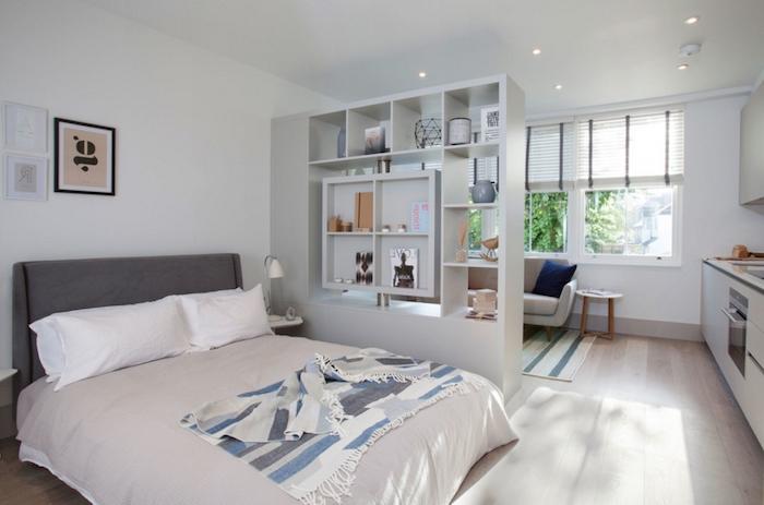 meuble de séparation, idée d étagère de séparation meuble blanc pour cloisonner une chambre à coucher avec lit gris du salon, cuisine ouverte, amenagement studio 20 m2