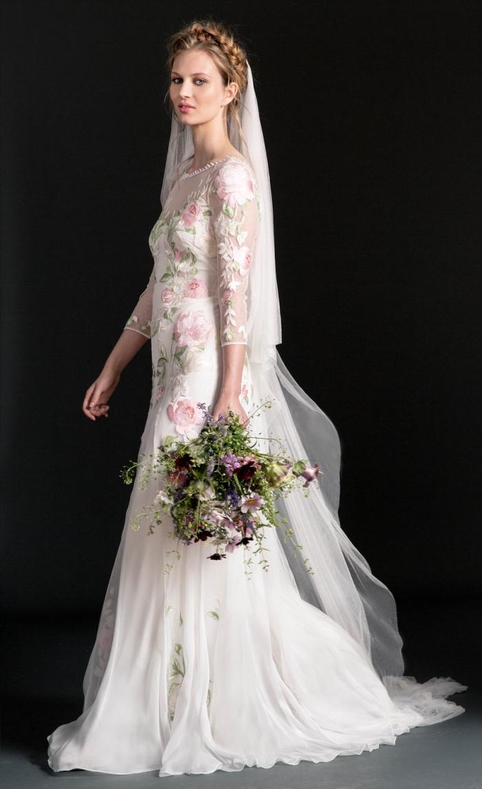 idée robe de mariée champetre à col montant transparent et fleurs brodées en couleurs, coiffure bohème en couronne tressée