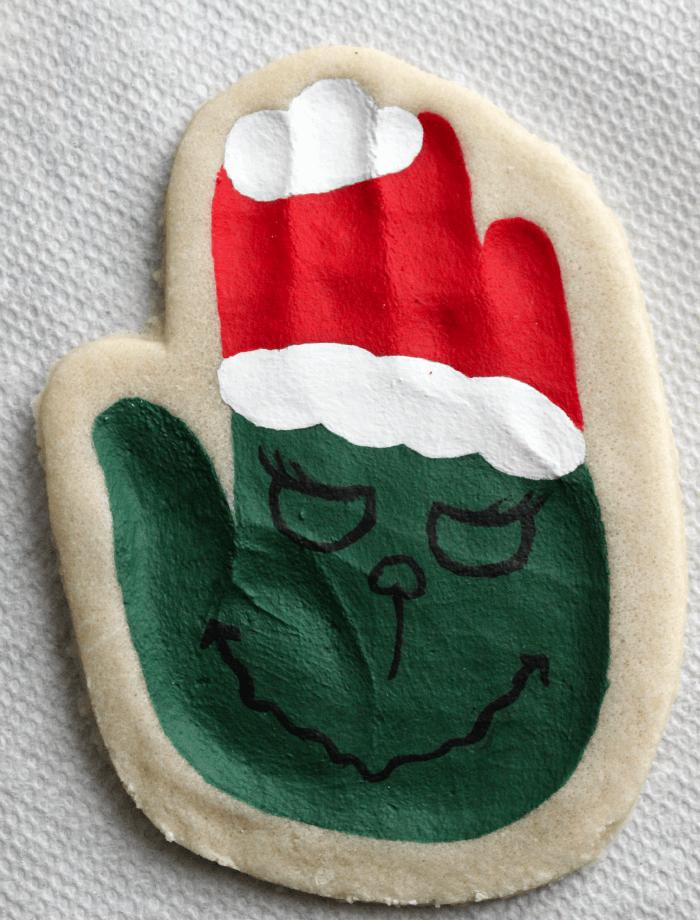 faire un bojets deco de noel en pate à sel avec empreinte de main enfants et peinture tete de grinch