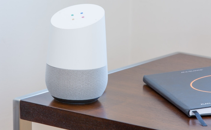 une enceinte connectée intelligente google home pour gérer la maison grâce à des instructions vocales, idée originale de cadeau de noël pour papa geek