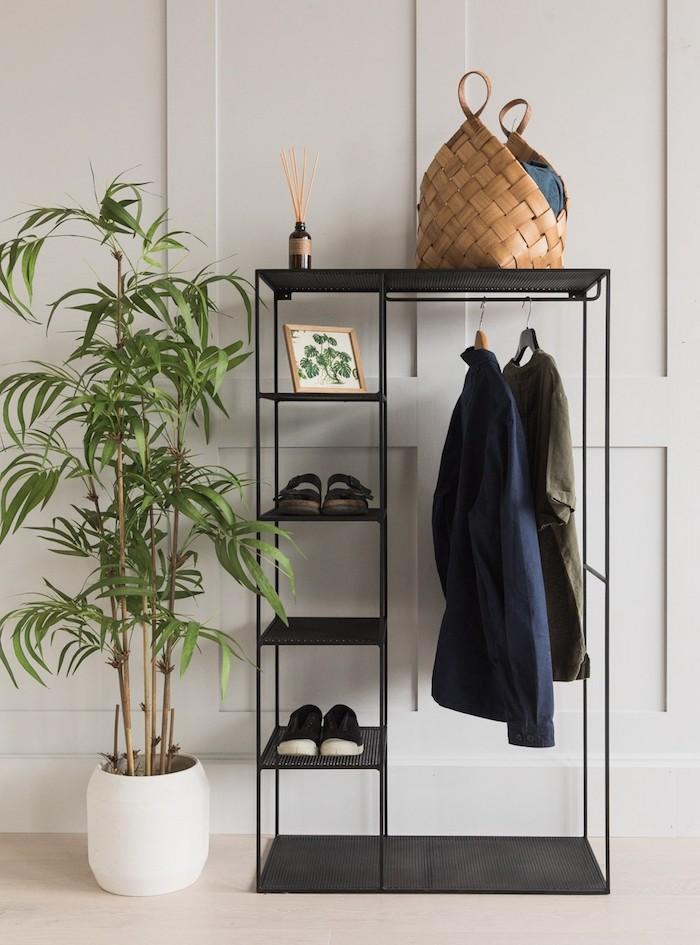 Dressing chambre simple pour l'entrée, dressing modulable pour les vetements et les chaussures, rangement chambre idée simple en noir et blanc