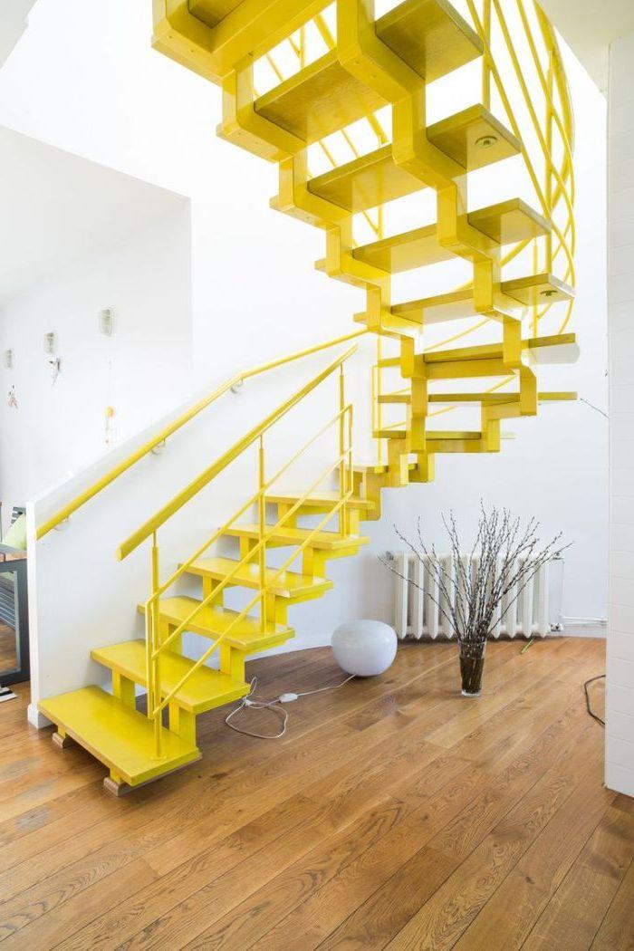 un escalier en métal au design moderne peint tout en jaune pour un accent fluo surprenant dans l'intérieur blanc monochrome, peinture escalier jaune fluo qui illumine la déco