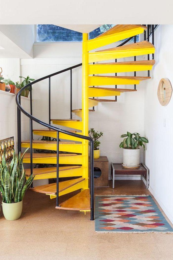 deco cage d'escalier de style bohème chic, escalier en colimaçon peint en jaune fluo avec garde-corps en acier noir