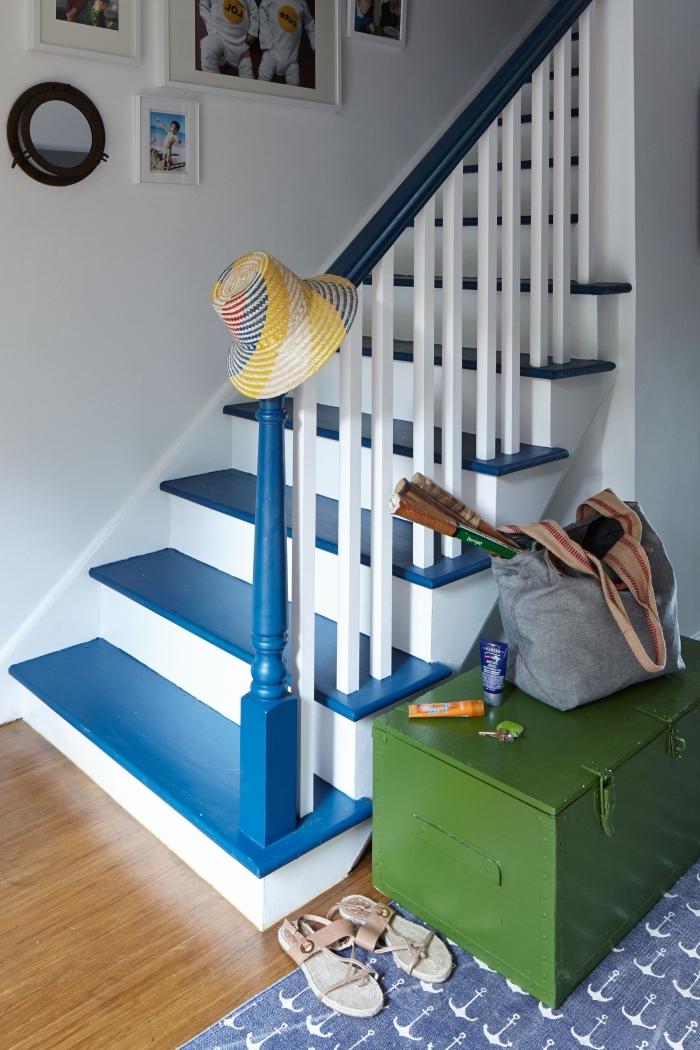 deco cage d'escalier marinière aux marches peintes en bleu lumineux avec une jolie galerie de photos personnelles