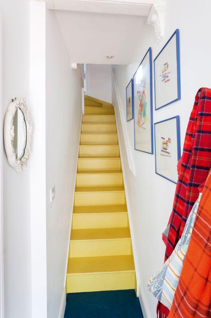 peinture escalier couleur jaune fluo pour dynamiser le petit espace, déco cage d'escalier aux accents jaune et bleu