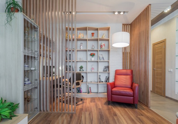 idee de cloison bois simple avec des lames de vois, isoler un coin bureau travail, étagère et bureau de bois, fauteuil rouge