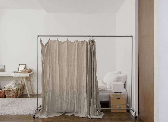 cloisons amovibles, idees, rideau accroché sur dressing ouvert amovible, séparer espace couchage chambre à coucher gris et blanc