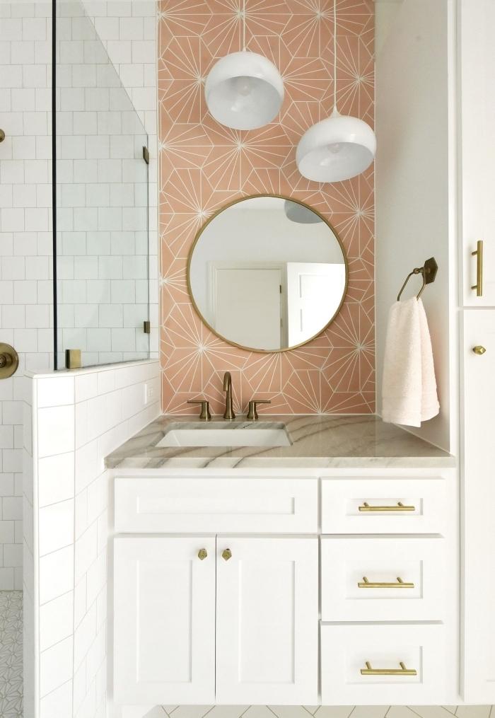 crédence de salle de bains en carrelage mural aux motifs graphiques fleurs stylisées en joli contraste avec le revêtement en carreaux métro