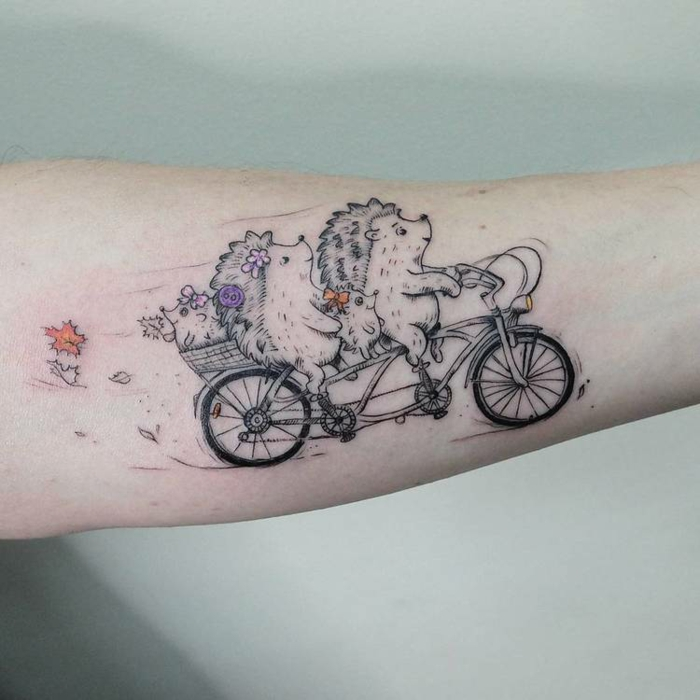 Mignon tatouage dessin stylisé de deux hérissons avec ses enfants sur une bicyclette, choisir le style de son tatouage noir et details colorés