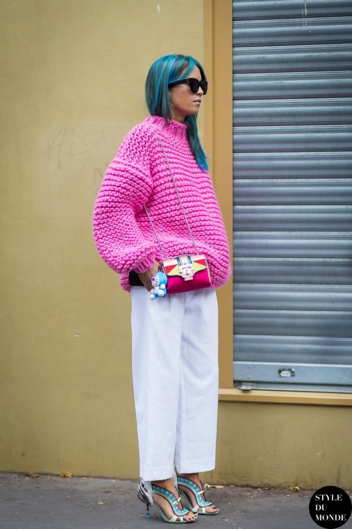 pull rose grosse maille, petit sac en couleurs vives, cheveux bleu turquoise, lunettes de soleil