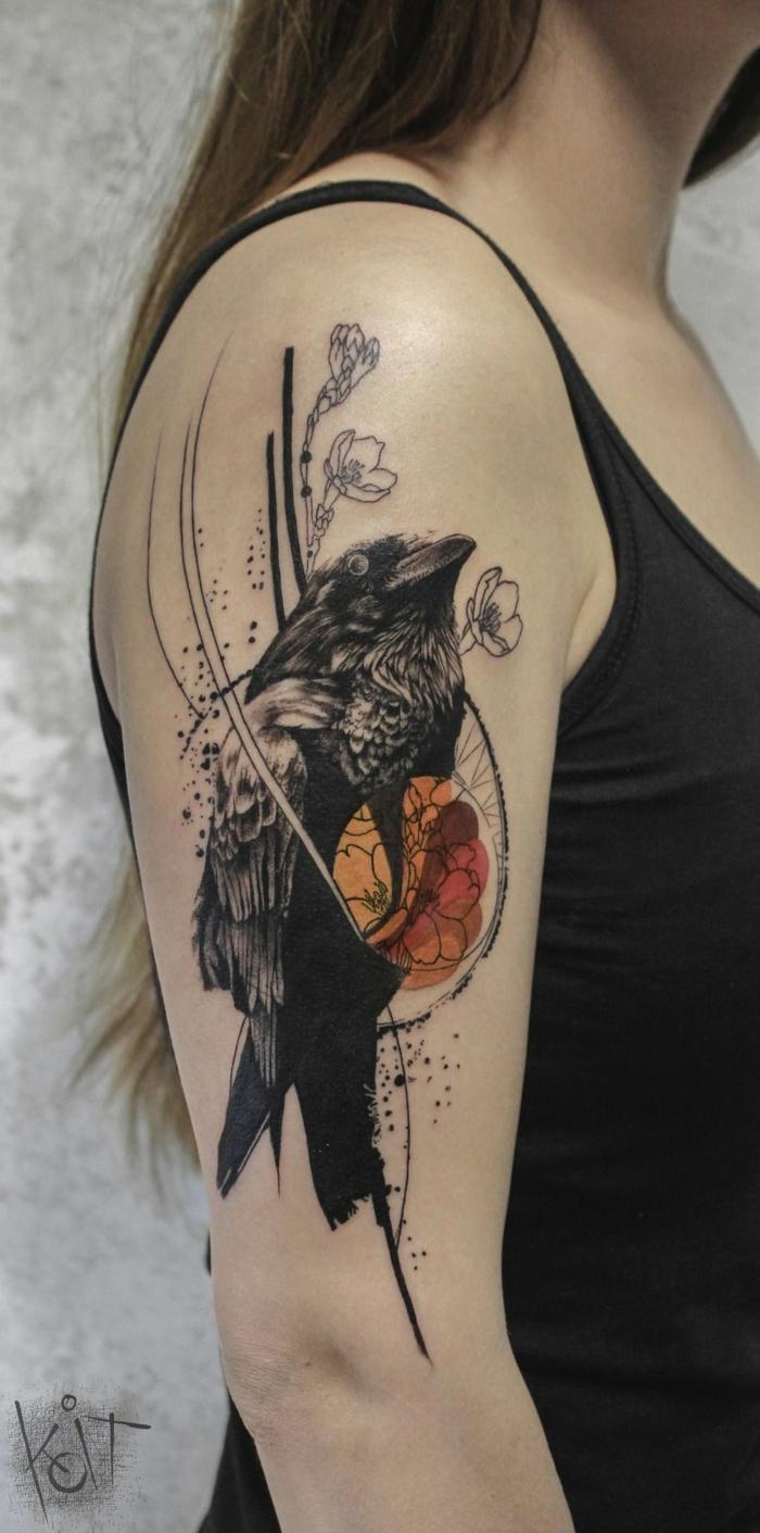 Tatouage infini dessin stylisé de corbeau, dessin réalisé en injectant de l'encre dans la peau, encre noir, orange et rouge