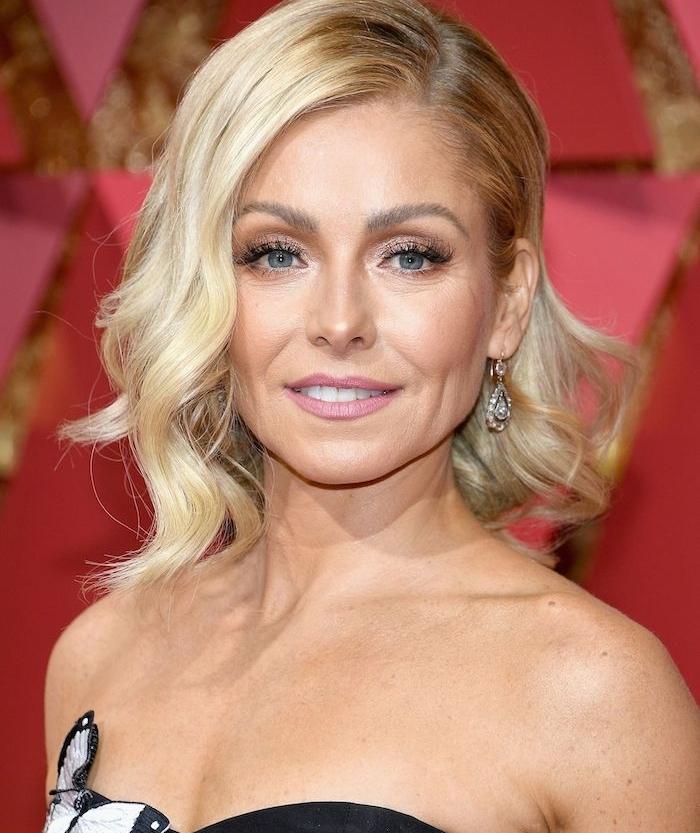 carré plongeant mi long ondulé avec une mèche de côté, cheveux blond coupe de cheveux court femme 40 ans