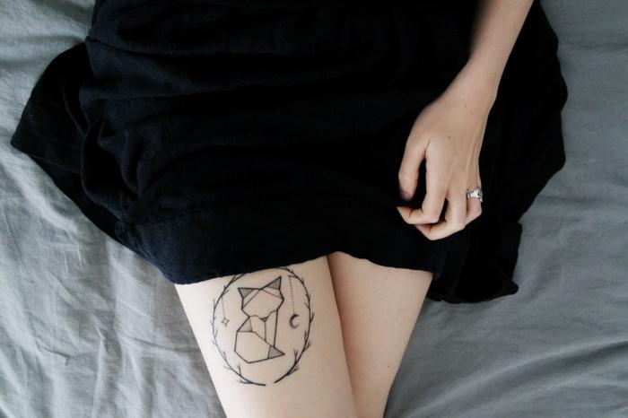 Tatouage jambe renard dans cercle, dessin stylisé pour tatouage femme, premier tatouage, dessin décoratif et symbolique