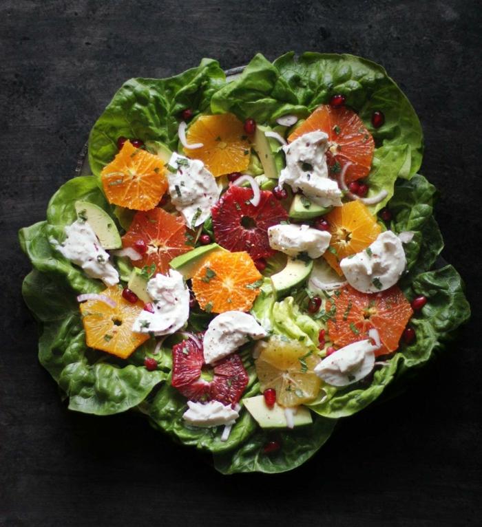 épinards verts, agrumes, fromage de chèvre, agrumes découpés en forme d'étoiles, avocat en tranches, recette salade de fruits