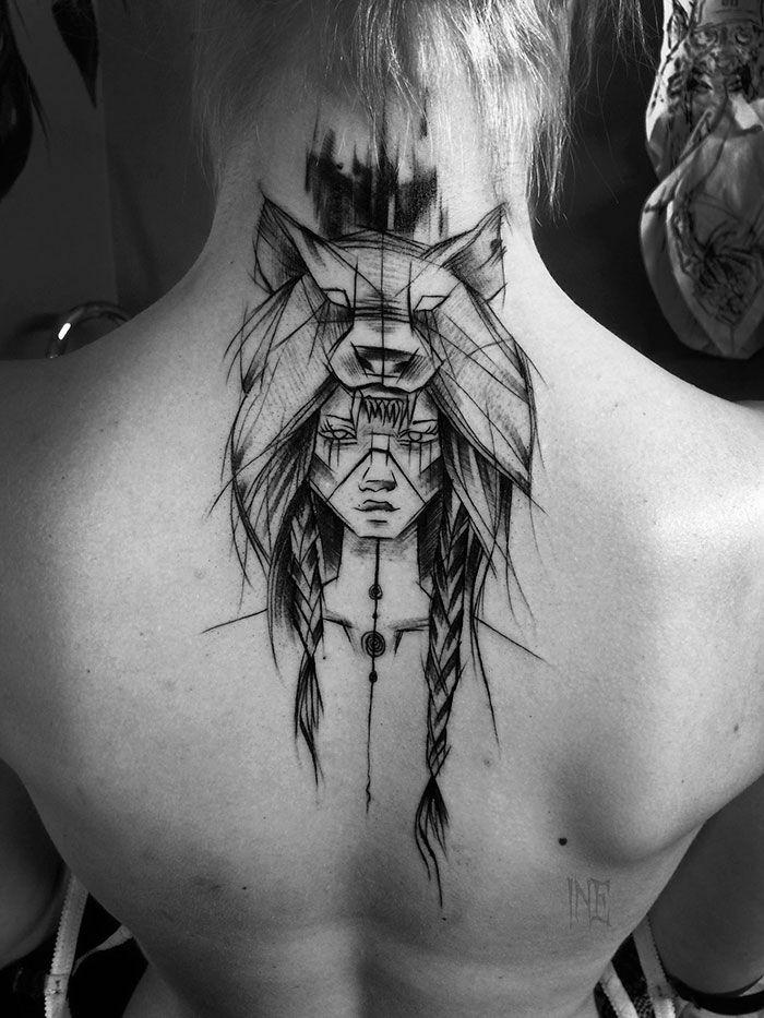Tatouage graphique beau de fille avec tresses et un chapeau loup, choisir son premier tatouage géométriques lignes stylise, visage et masque