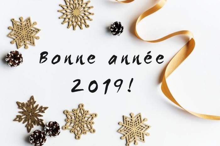 bonne année 2019 image, idée carte de voeux pour nouvel an 2019, objets décoratifs étoiles et rubans pour noel