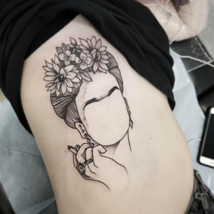 Inspiration tatouage liberté dessin stylisé de Frida Kalho, modele de tatouage original femme visage couronne de fleur