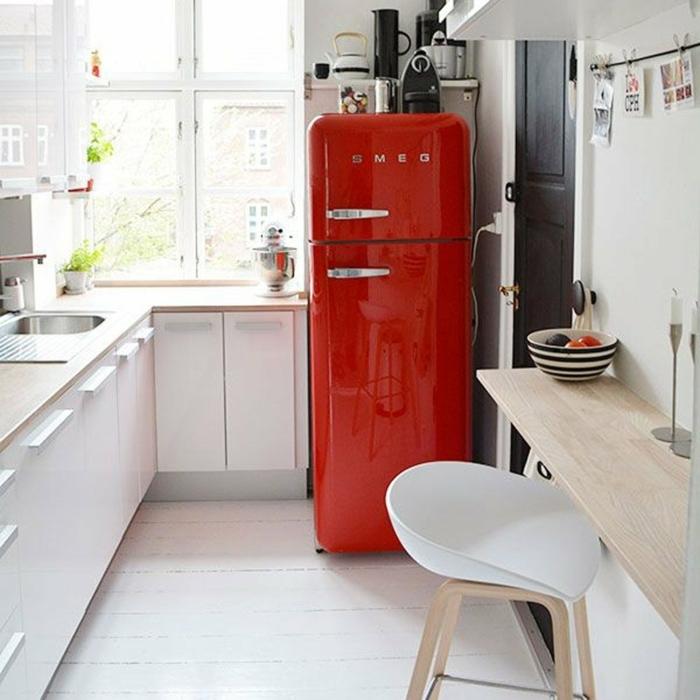 frigo rouge, chaise haute scandinave bois et blanc, bar mural en bois, cuisine en angle, grande fenêtre