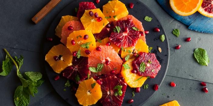 jolie assiette noire, salade de fruits de saison, agrumes de trois espèces, salade de fruits maison