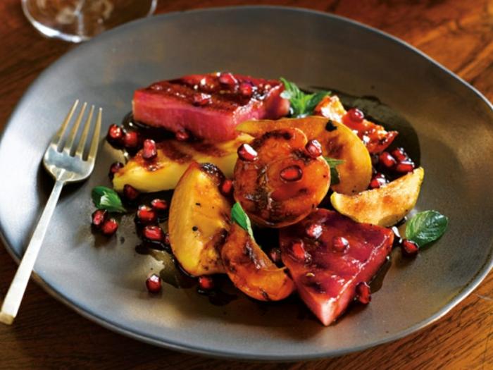 salade de fruits hiver, betterave et fruits rôtis, assiette grise, fourchette, feuilles de menthe, grenade, recette hiver