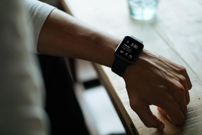 idée cadeau papa geek passionné pour les gadgets technologiques, modèle de montre connectée apple noire