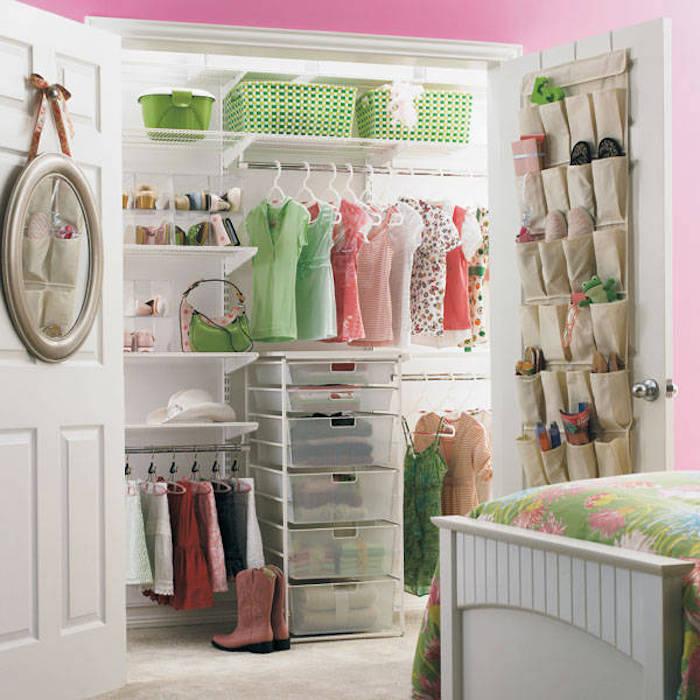 Dressing ouvert vert et rose, rangement vetement intérieur moderne idée chambre, lit jolie couverture fleurie